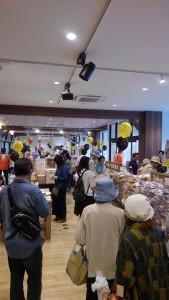 北のチョコレート工場&店舗2doorで行われているせんべいフェス、13時からはカシオペアFMの公開生放送がスタートです。